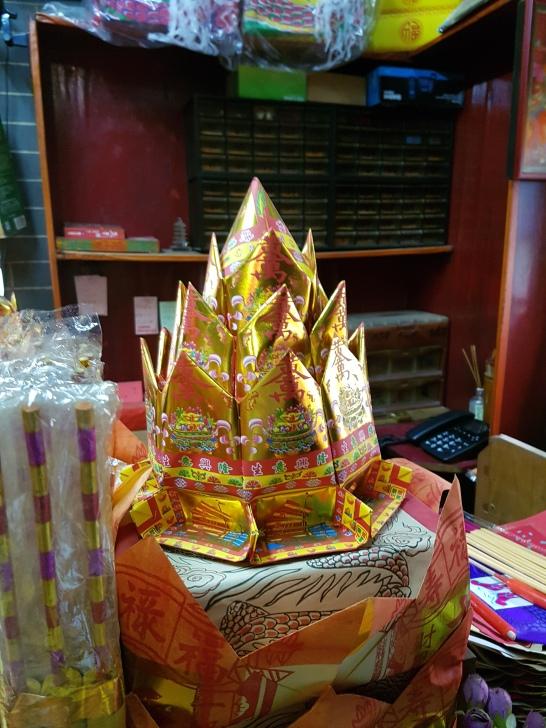 Goldene Ananas als Räucheropfer für Buddha